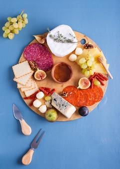 Vista superior saboroso conjunto de lanches em uma mesa
