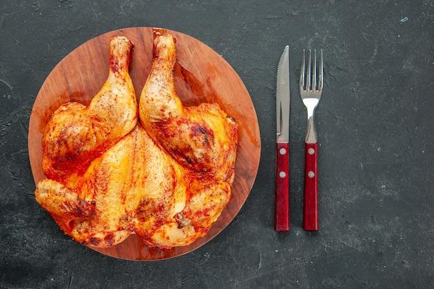 Vista superior saboroso frango frito com garfo e faca. cor salada madura frigideira jantar carne cozinhando