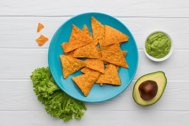 Vista superior saboroso guacamole com nachos prontos para serem servidos