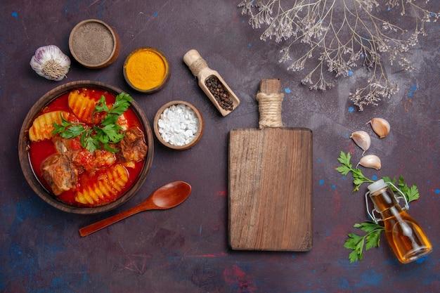 Vista superior saboroso molho de carne com diferentes temperos em preto