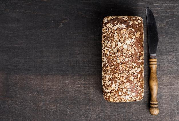 Vista superior saboroso pão e faca