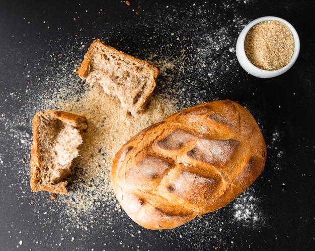 Vista superior saboroso pão na mesa