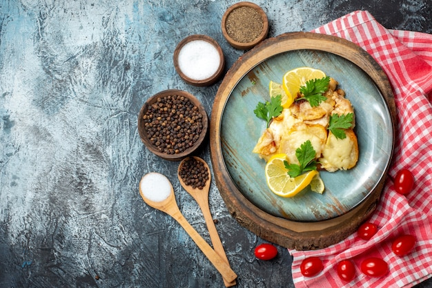 Vista superior saboroso peixe frito no prato na tábua de madeira