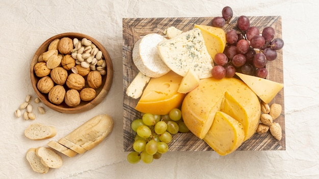 Vista superior saboroso queijo com uvas e nozes