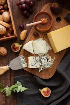 Vista superior saboroso queijo e lanches