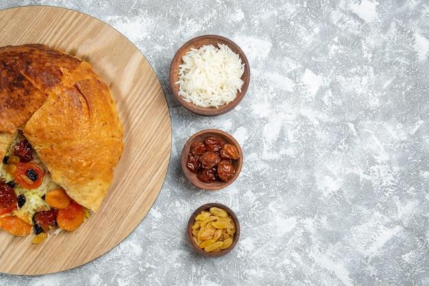 Vista superior saboroso shakh plov prato de arroz cozido com passas no branco