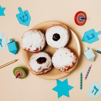 Vista superior saborosos donuts em um prato