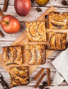 Vista superior saborosos pedaços de bolo e maçãs
