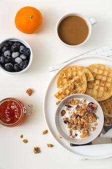 Vista superior saborosos waffles com mirtilos