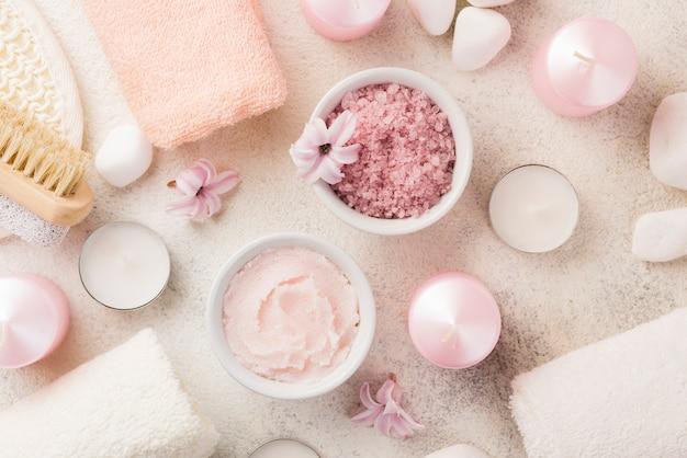 Vista superior sal de spa de cuidados de pele com toalhas