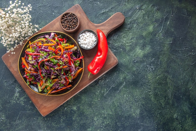 Vista superior salada de repolho fresco com temperos em fundo escuro saúde almoço vegetais lanche feriado comida dieta pão refeição