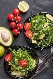Vista superior saladas nutricionais em cima da mesa