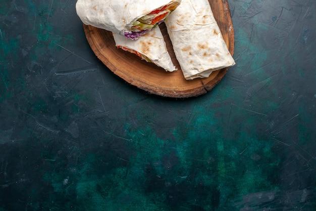 Vista superior sanduíche de carne um sanduíche feito de carne grelhada no espeto com vegetais em um sanduíche azul-escuro de mesa hambúrguer comida refeição almoço carne