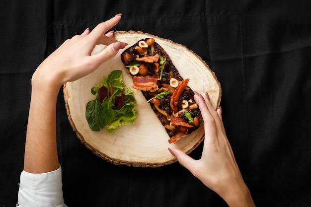Vista superior sanduíche grelhado com bacon e cogumelos
