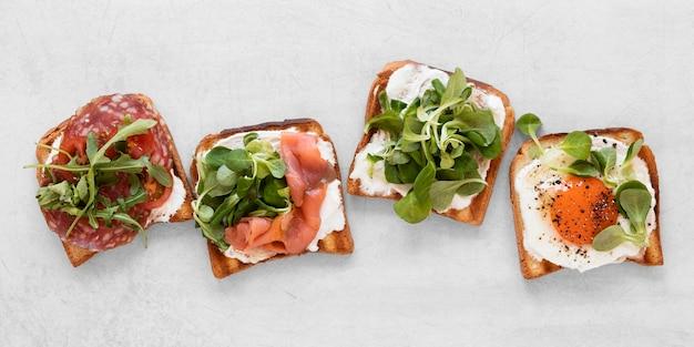 Vista superior saudável composição sanduíches no fundo branco