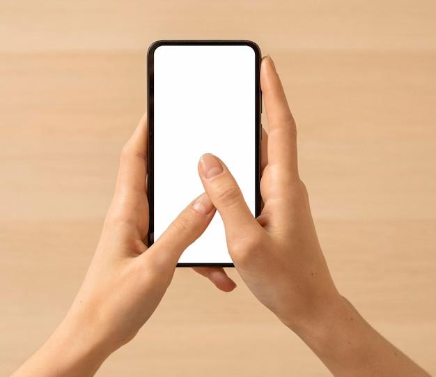 Vista superior segurando o smartphone da cópia