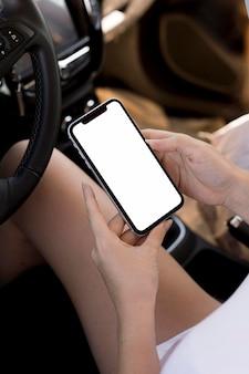 Vista superior segurando um celular com espaço de cópia