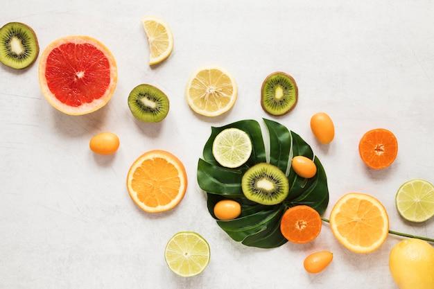 Vista superior seleção de frutas exóticas em cima da mesa