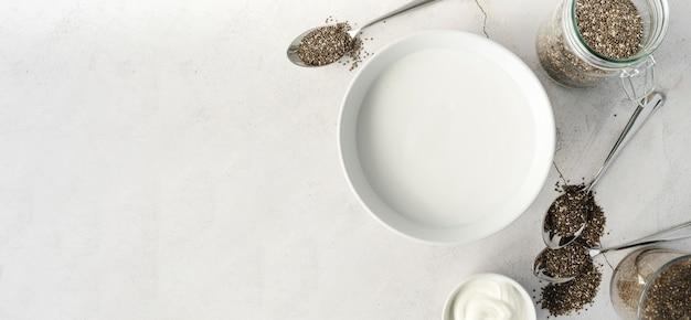 Vista superior sementes orgânicas e leite cópia espaço