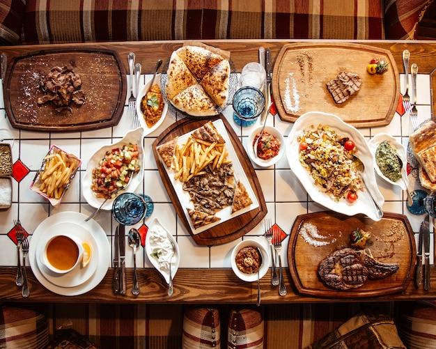 Vista superior servida mesa com várias refeições e lanches