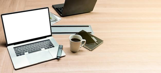 Vista superior simulada de apresentação de slides de resumo de vendas no laptop de exibição com xícara de café na mesa da sala de reuniões