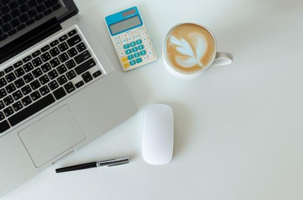 Vista superior simulada de smartphone com laptop de computador mouse e caneta e café, calculadora. espaço de cópia plana leigo.