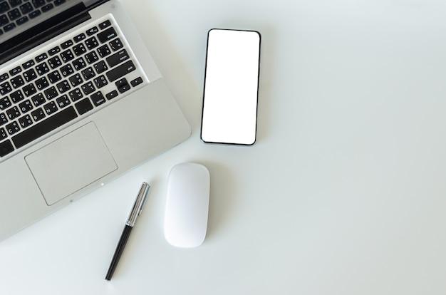 Vista superior simulada smartphone com computador mouse latop e caneta. copie o espaço flatlay.