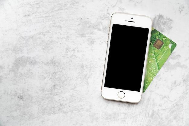 Vista superior smartphone com cartão de crédito