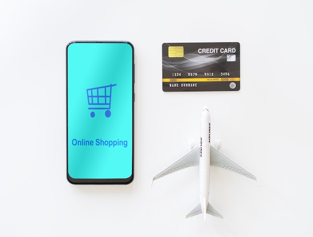 Vista superior smartphone móvel e cartão de crédito. pagar passagens aéreas on-line