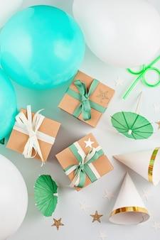 Vista superior sobre as caixas de presente com balões e decoração de festa. festas e celebração conceito