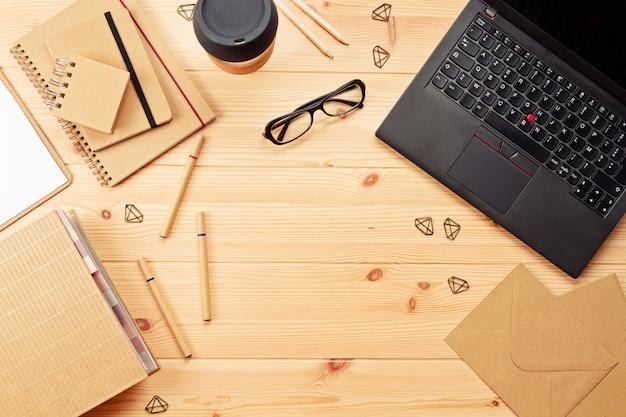 Vista superior sobre o local de trabalho com laptop e material de escritório