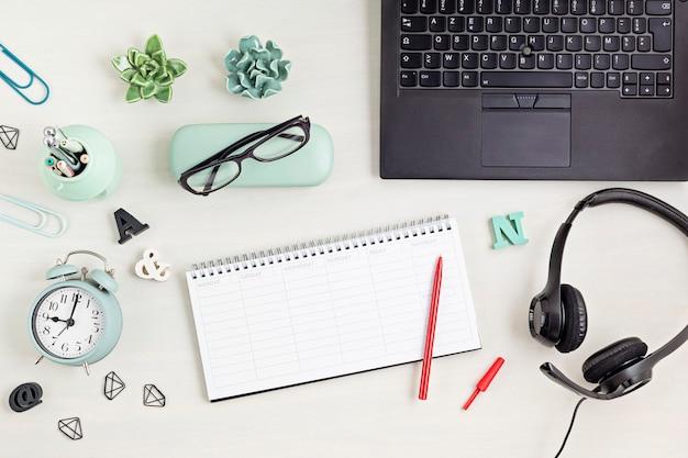 Vista superior sobre o planejador diário de mesa e o caderno. procrastinação, perda de tempo, planejamento e gerenciamento de tempo, conceito de organização de home office