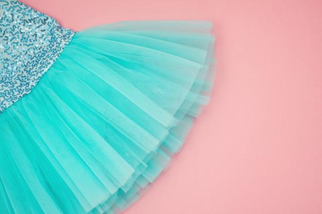 Vista superior sobre o vestido de tutu de balé menina sobre o fundo rosa