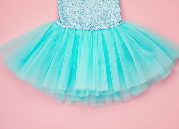 Vista superior sobre o vestido do tutu do bailado da menina sobre o rosa.