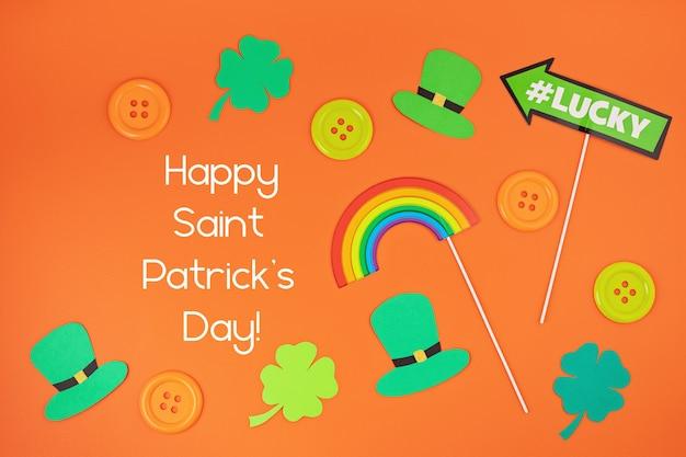 Vista superior sobre os símbolos do dia de saint patrick em cores tradicionais.