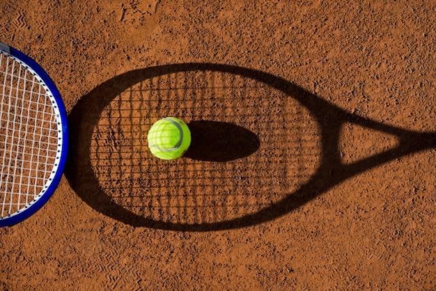 Vista superior sombra de raquete de tênis com uma bola