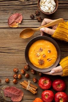Vista superior sopa de abóbora comida de outono