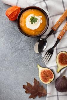 Vista superior sopa de abóbora e pano de cozinha