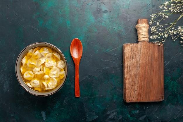 Vista superior sopa de massa com carne picada dentro da massa na mesa azul-escura ingredientes sopa comida refeição massa prato molho