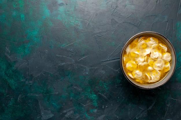 Vista superior sopa de massa com carne picada dentro da massa no fundo azul escuro ingredientes sopa comida refeição massa prato molho jantar