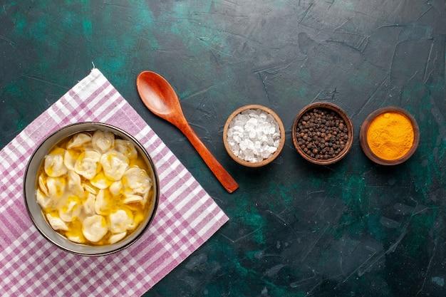 Vista superior sopa de massa com diferentes temperos em fundo azul ingrediente sopa comida refeição massa prato jantar
