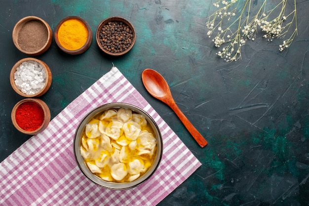 Vista superior sopa de massa com temperos diferentes no fundo azul ingrediente sopa comida massa molho jantar