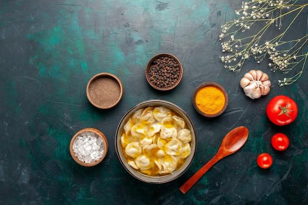 Vista superior sopa de massa com temperos diferentes no fundo azul ingrediente sopa comida refeição massa molho jantar