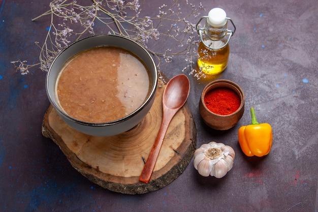Vista superior sopa marrom com óleo e alho na superfície escura sopa refeição de vegetais comida feijão de cozinha