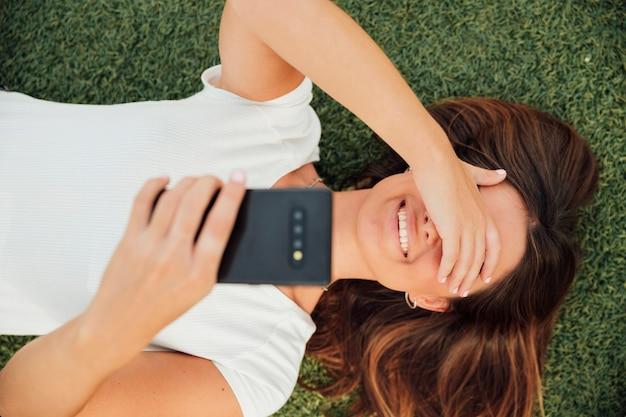 Vista superior sorridente menina tirando uma foto
