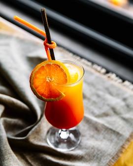 Vista superior suco de laranja com uma fatia de laranja