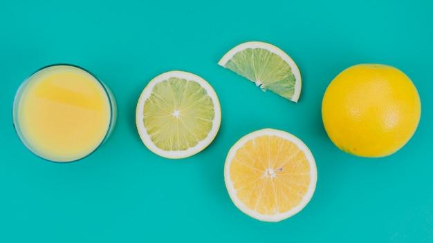 Vista superior, suco de laranja fresco e delicioso