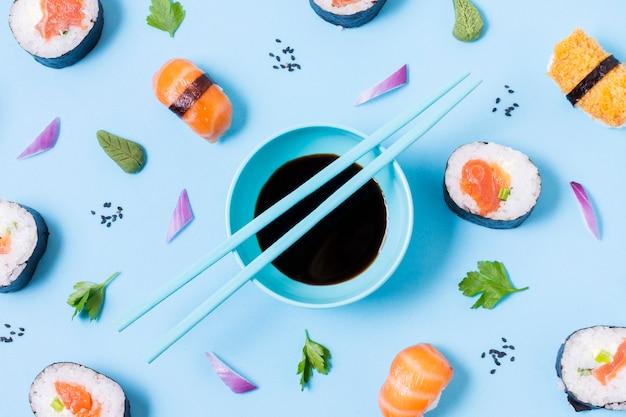 Vista superior sushi fresco na mesa