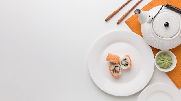 Vista superior sushi rolos e wasabi com espaço de cópia