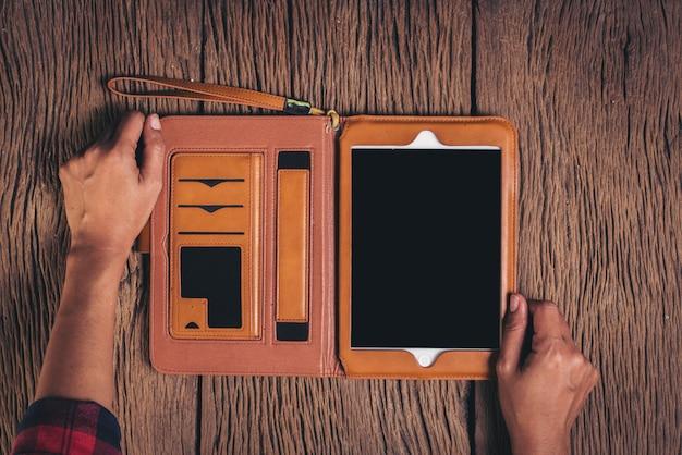 Vista superior tablet computador no fundo de madeira